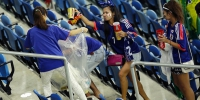 Japanese football fans clean up after themselves litter garbage brazil world cup 02 - ИА НовостиВолгограда.ру
